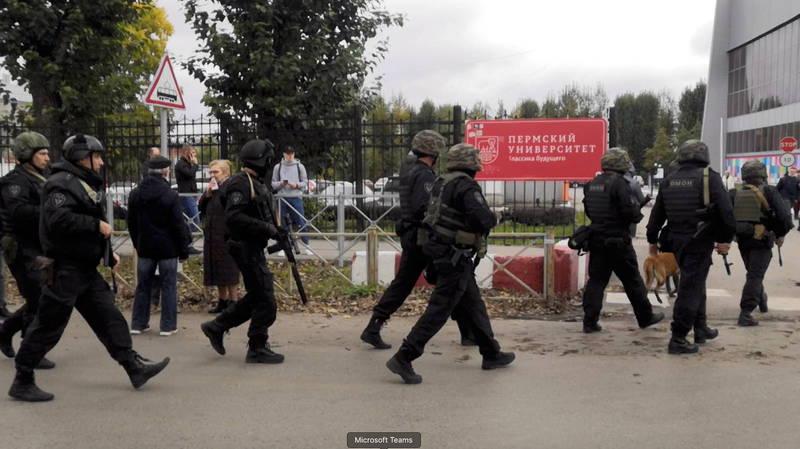 執法人員在槍手開火後進入校園。(路透)