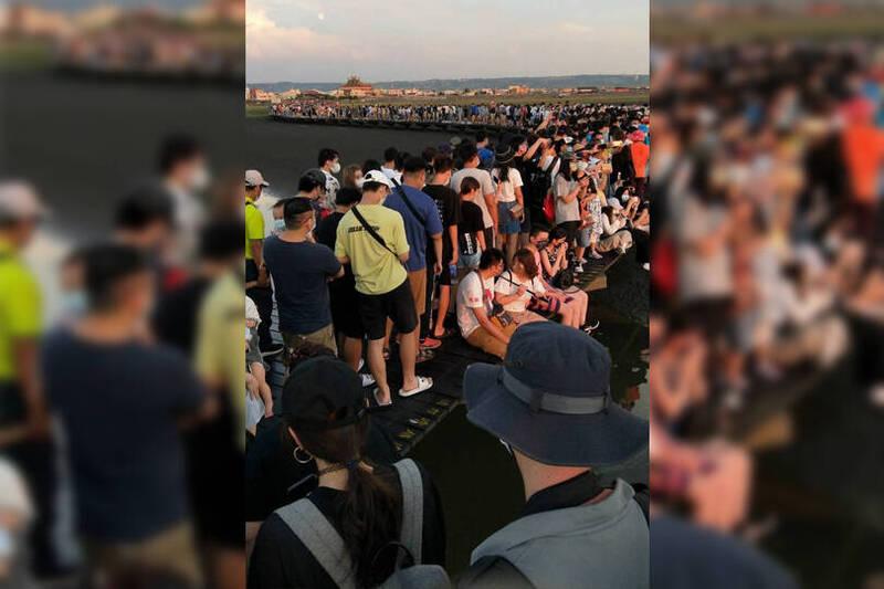 高美濕地木棧道19日下午擠滿遊客,農業局坦承因人流計數器異常,現場人員未及時注意,才造成人流管控失常。(民眾提供,本報後製)