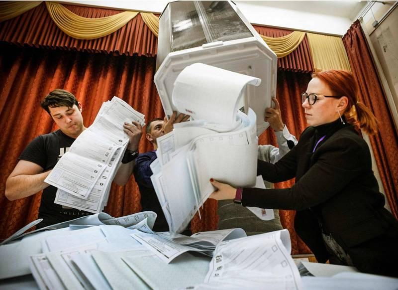 俄羅斯莫斯科的選務人員正在清點國會大選選票。(法新社)