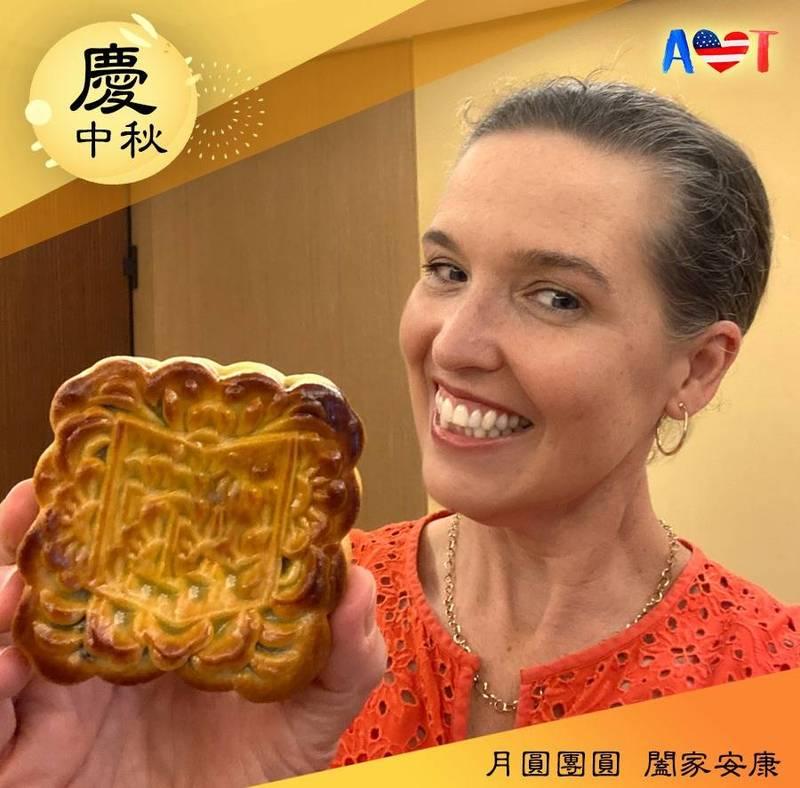 美國在台協會應景秀出處長孫曉雅月餅照,祝台灣人民中秋連假快樂。(圖擷自AIT臉書)