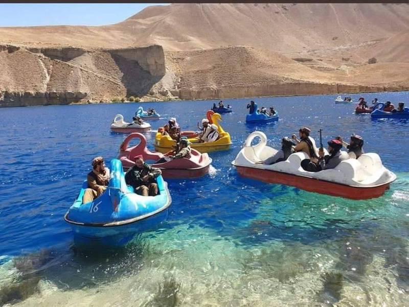一群戰士又被拍到在19日跑去阿富汗東部巴米揚省的班達米爾國家公園(Band-e Amir)遊覽。(擷取自推特)