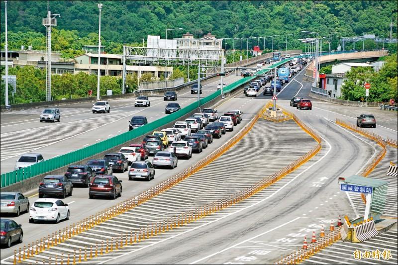國道5號北上約於上午10點35分開始啟動主線與匝道儀控,主線前車流湧現。(記者林敬倫攝)