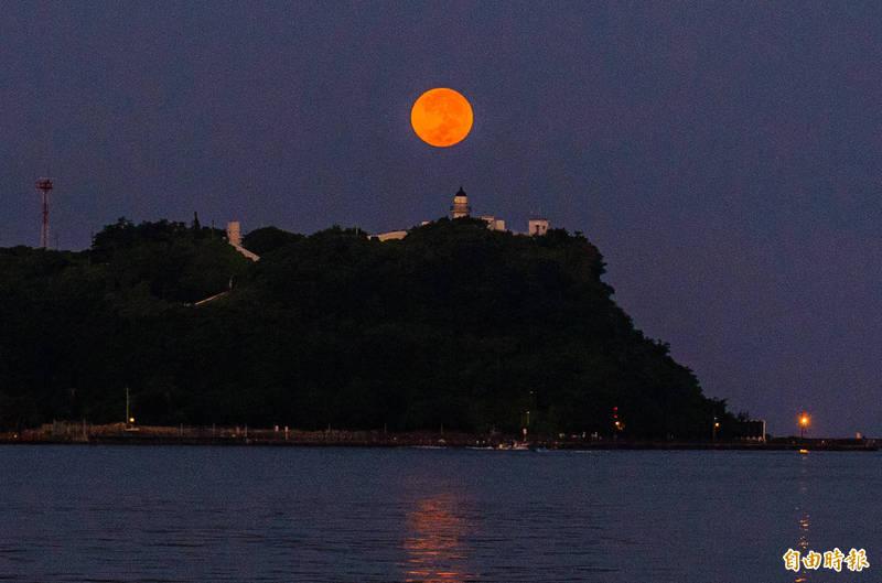 月到中秋分外明,今天是中秋節,一輪明月高掛天邊。(記者張忠義攝)