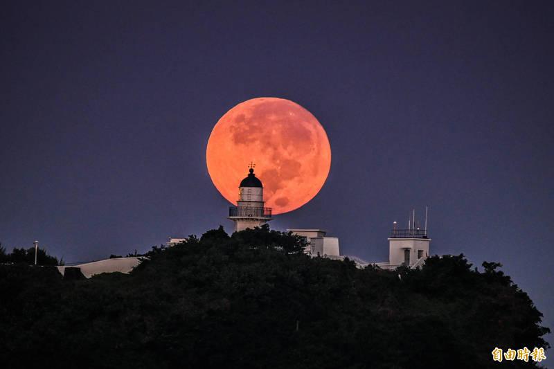 今天中秋,出現美麗又難得一見的「燈塔懸月」。 (記者張忠義攝)