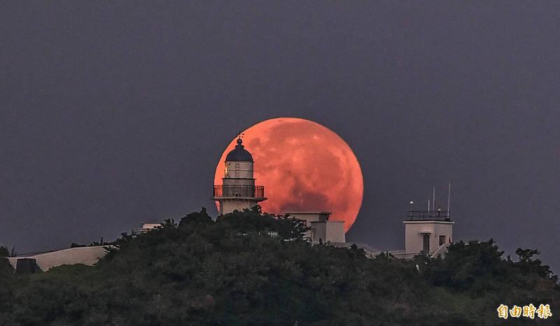 拍攝「燈塔懸月」難度相當高。 (記者張忠義攝)