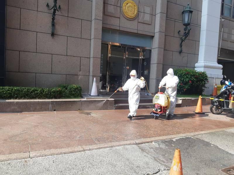 市府環保局完成漢神百貨外圍環境清消作業。(高雄市政府提供)