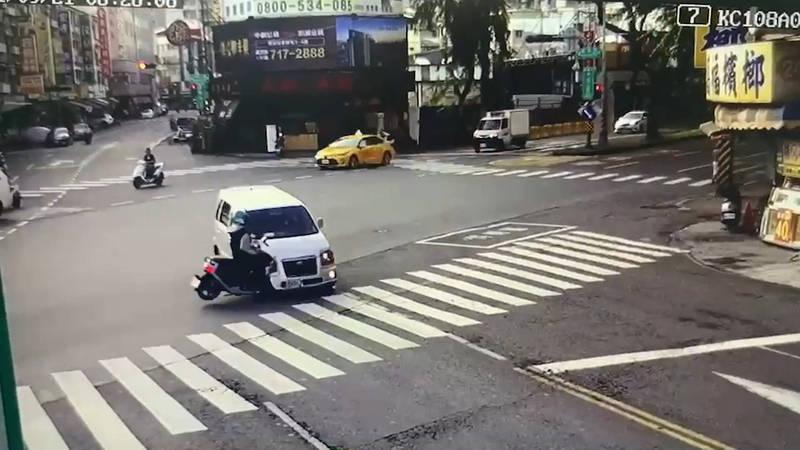 王男的直行機車撞上左彎轎車的右前車頭。(民眾提供)
