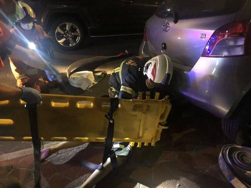 消防人員獲報到場,將車禍傷者固定送醫。(桃園消防提供)
