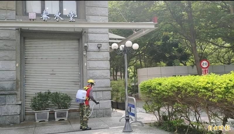 台北市確診個案16日有到台中市春水堂豐樂店用餐,市府21日上午已完成清消,業者也停業1天。(記者蘇金鳳攝)