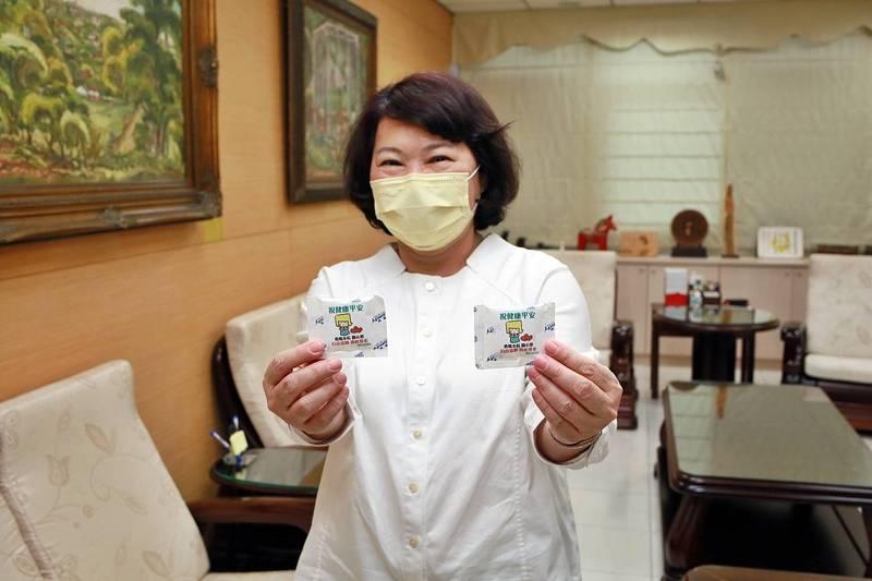 嘉義市長黃敏惠說,市府贈送接種BNT疫苗的學生小冰寶,緩解不適。(嘉義市政府提供)