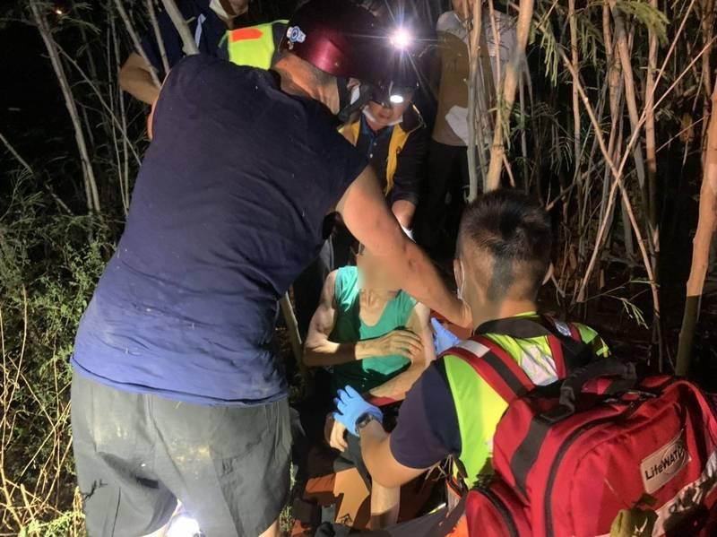 搜救人員在深山林地找到迷途長者。(金湖分局提供)