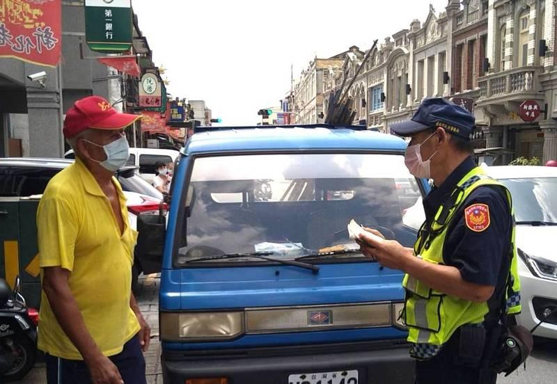 新化警方在老街區強力取締違停,維護交通秩序。(民眾提供)