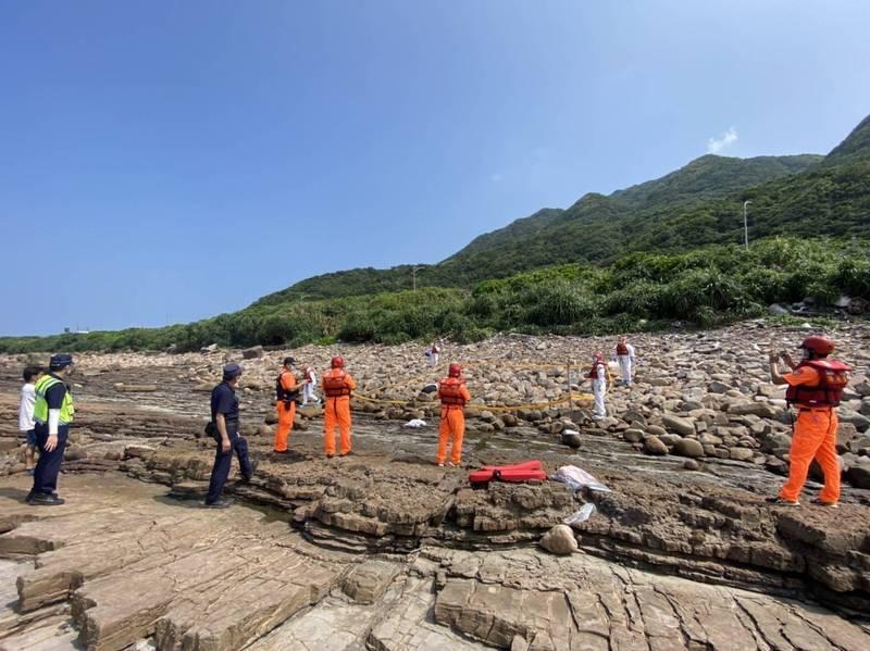 民眾在貢寮岸際發現男子遺體,岸巡人員及警方前往現場採證中。(記者吳昇儒翻攝)