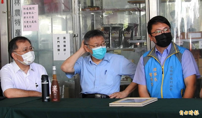 柯文哲(中)以台北市長和民眾黨主席雙重身分到中寮鄉龍眼林福利協會,台北市副市長蔡炳坤(左)外傳是民眾黨規畫選南投縣長的人選。(記者陳鳳麗攝)