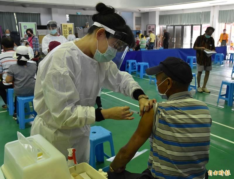 雲林75歲以上長者莫德納疫苗第二劑,9月24日至30日開打,學生BNT疫苗校園集中施打9月23日高中職優先。圖為先前快打站疫苗接種情況。(資料照)