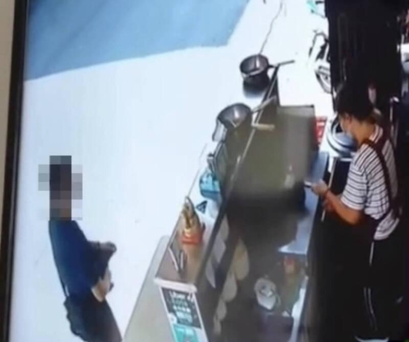 王姓男子偷浪浪愛心捐款箱以為神不知鬼不覺,過程全被監視器錄下,警方比對鎖定治安人口順利逮人送辦。(記者黃良傑翻攝)