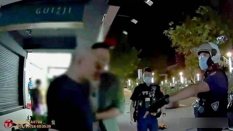 北市疫情稍緩相約喝酒,卻因酒品差被友人聯手痛毆,警方出動快打警力現場壓制。(記者姚岳宏翻攝)