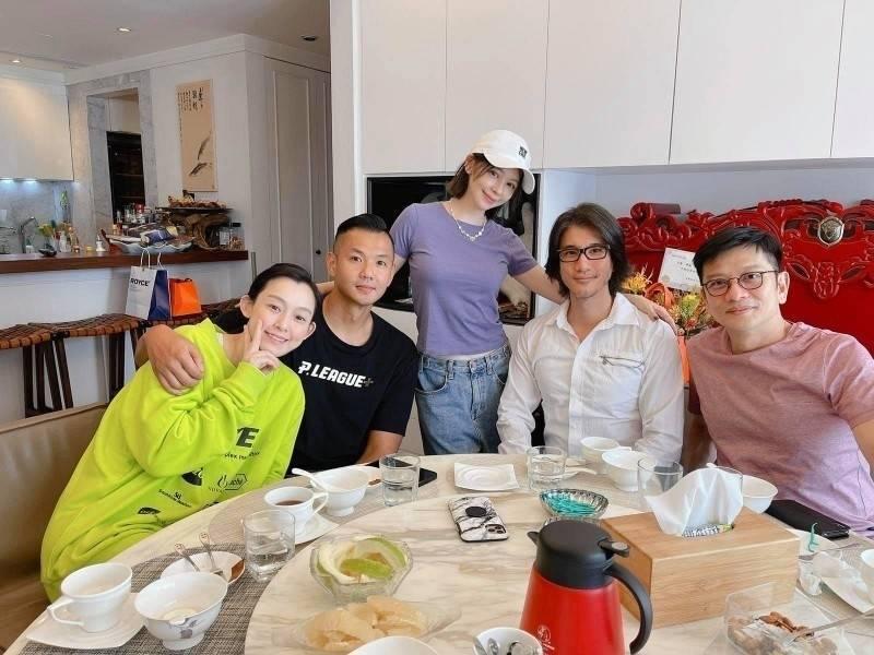 王力宏在自主健康管理期間與徐若瑄、范瑋琪等友人開心聚會。(翻攝自臉書)