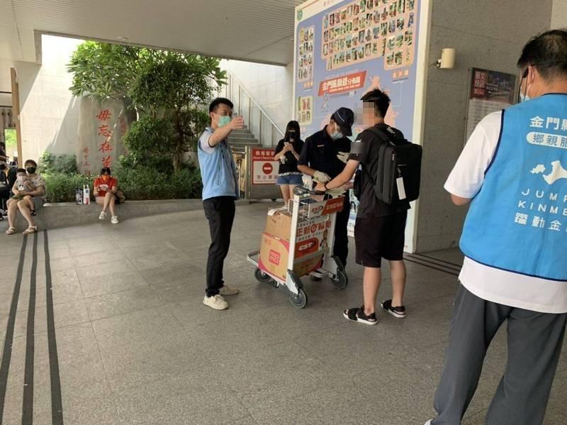 金門大學學生從機場入境時,未執行快篩就準備離去,被縣府科長顧克亞(站著右一)攔個正著。(民眾提供)