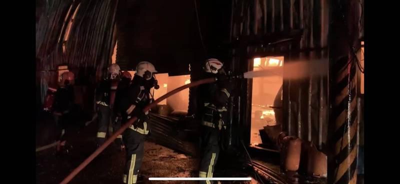 新北林口一處鐵皮工廠今晚竄出大火,消防員賣力灌救,但仍延燒造成3間工廠500坪廠房付之一炬。(記者吳仁捷翻攝)