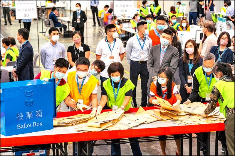 香港改制後首次選舉委員會選舉完成計票,全員皆為建制派或立場親近北京人士的新陣容,一五○○名新委員中僅兩人非傳統建制派,但仍被視為親中人士。(彭博)