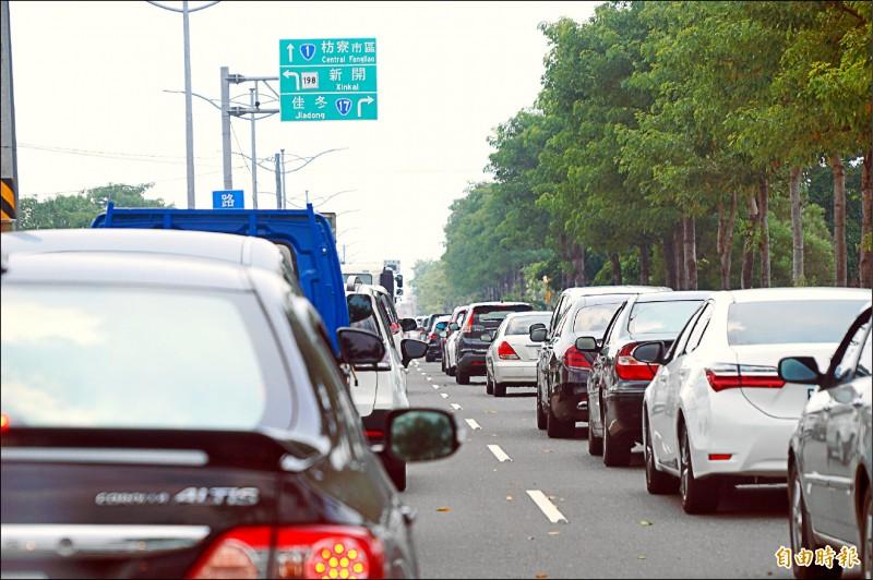 往墾丁的枋寮水底寮路段,昨仍湧現逾兩萬車次,停等紅綠燈就造成車潮回堵。 (記者陳彥廷攝)