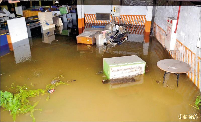 台中市大里中興路和仁化路口一處3C賣場的地下停車場,淹水超過30公分。(記者陳建志攝)