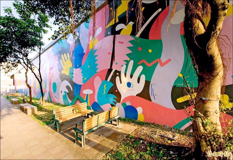 在潭美街堤內是吳騏藝術家及陳青琳設計師共同操刀的「路舟」。(記者郭安家攝)