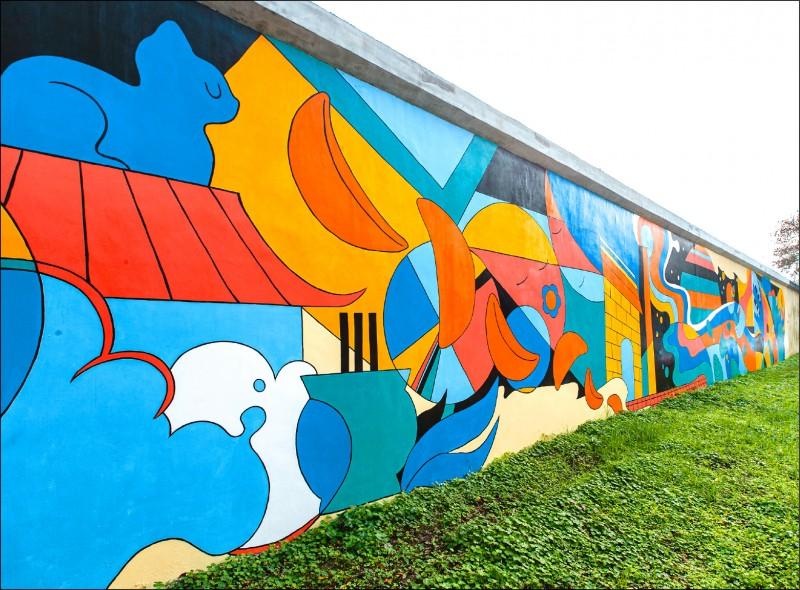 設計師顏伯駿的作品「匯流時光」,位於潭美街337號前方堤內,用場景交錯手法抽象方式呈現來自石潭里的小故事。(工務局提供)
