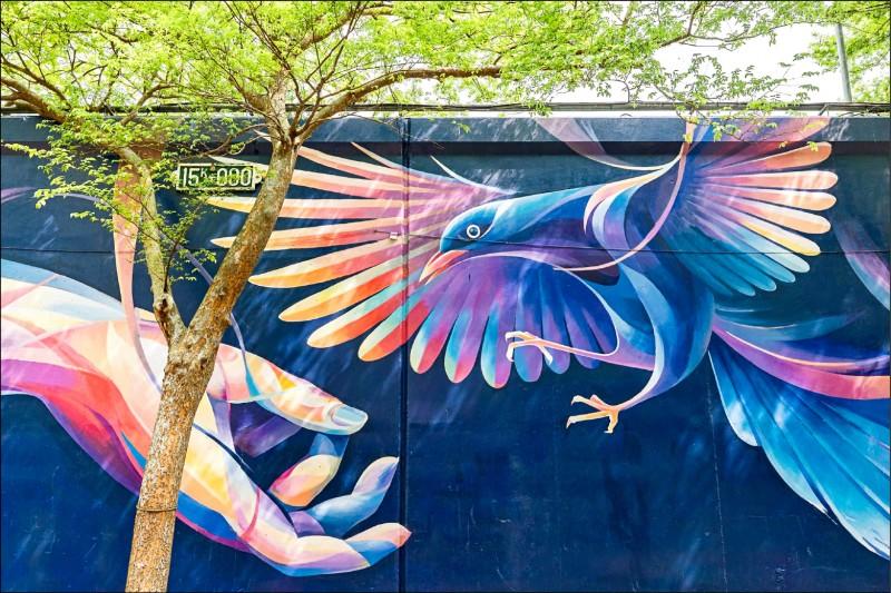 北市堤壁化身為大型視覺設計,其中面積最大的作品位於中正河濱公園,是新銳藝術家Leo ho的創作「螢橋雁」。(工務局提供)