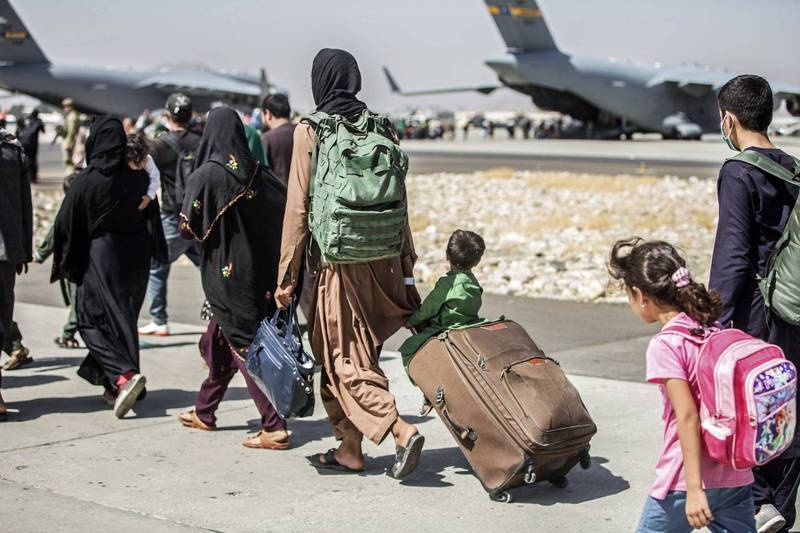 圖為阿富汗平民8月24日在喀布爾國際機場撤離。(美聯社檔案照)
