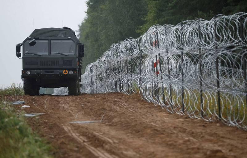 有4人在波白邊境離奇死亡,被懷疑是非法移民。圖為波蘭與白俄羅斯邊境,波蘭在邊境布滿蛇籠鐵絲網。(路透)