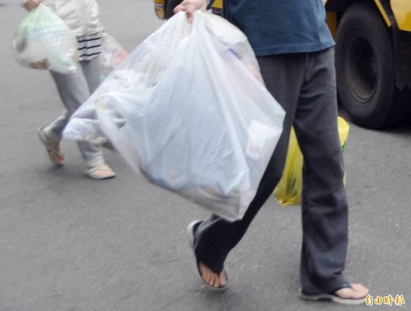 李男出門丟個垃圾,與吳女擦身而過,對方竟報警說被跟蹤,讓他慘被罰了1500元。倒垃圾示意圖,人物與新聞事件無關。(資料照)