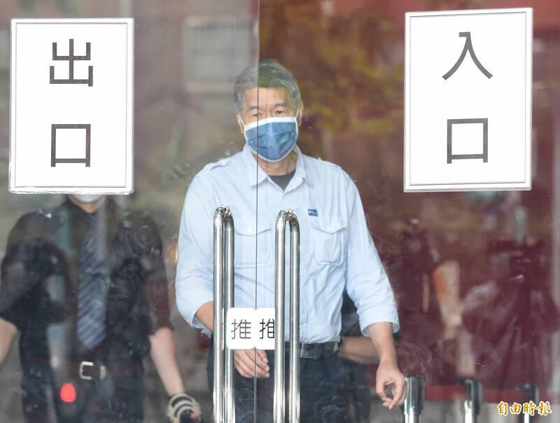 國民黨主席候選人張亞中今天一早接受廣播節目專訪。(記者劉信德攝)