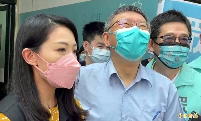 民眾黨立委高虹安(圖左)高唱「塔綠班之歌」,唱出「綠畜」兩字引發爭議。(記者謝介裕攝)