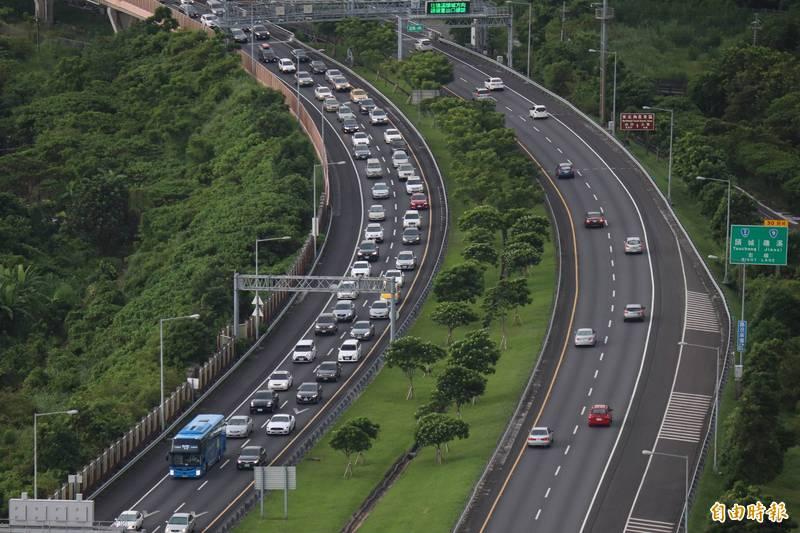 高公局預估9處重點壅塞路段下午將湧車潮,行車時間是平日的3至5倍;國五北上甚至需7倍,並從上午10點塞到晚上6點。(資料照)