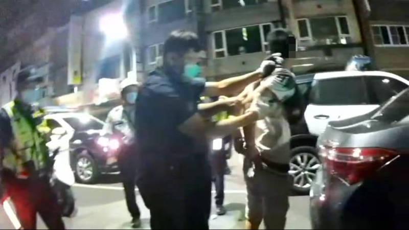 1輛汽車忘開大燈遭雄警攔查,員警聞到柯姓男乘客身上有K煙味,經檢視查獲他攜毒、吸毒,當場向他宣讀法利權益並帶回偵訊。(民眾提供)