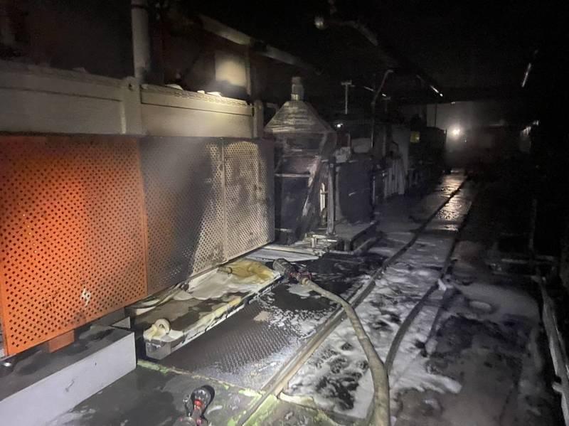 高雄市燕巢區1間熱處理工廠昨晚不明原因起火燃燒,所幸無人員傷亡。(民眾提供)