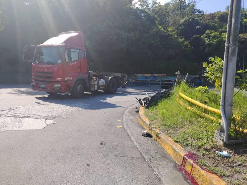 貨櫃車駕駛左轉準備進入中央貨櫃場時,不慎與機車發生碰撞,導致騎士死亡。(記者吳昇儒翻攝)