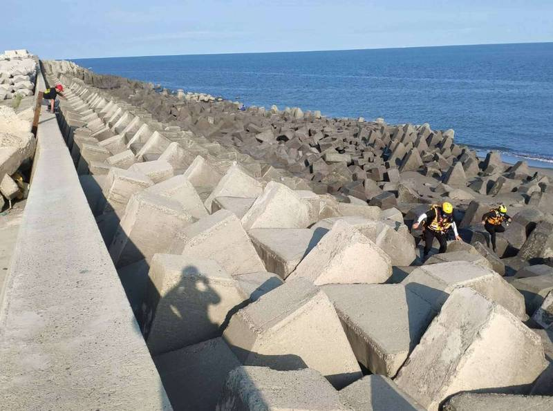 黃姓少年失蹤44小時,消防與海巡人員今天再度動員,沿著海岸消波塊搜救。 (消防局提供)