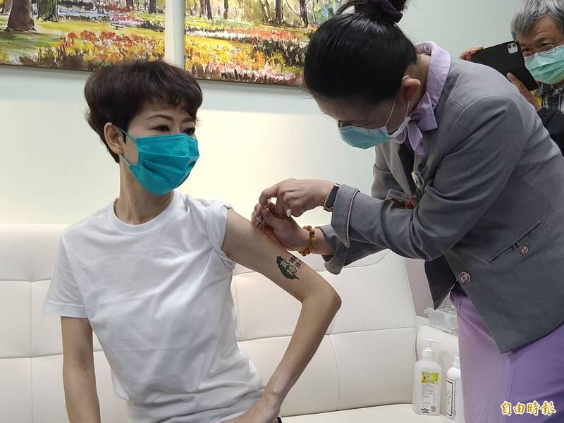 陳亭妃於8月23日在台南郭綜合醫院接種第一劑高端疫苗,以行動力挺國產疫苗。(記者蔡文居攝)
