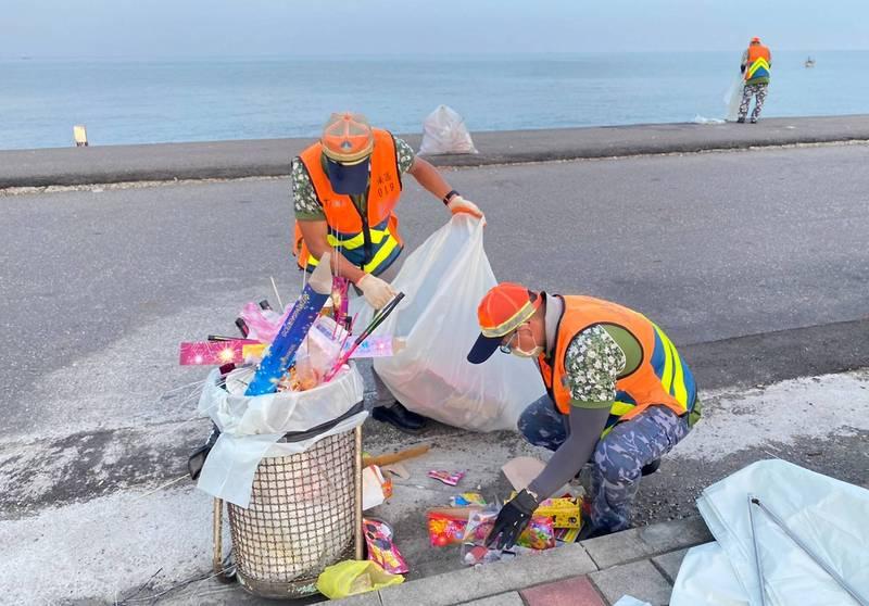 中秋連假,台南市環保局在安平、南區一帶海濱景點共清出8.5公噸垃圾。(圖由南市環保局提供)