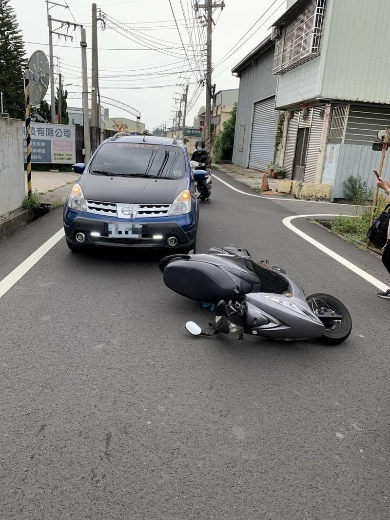 胡姓小客車駕駛直行東興路時,和從無名巷駛出左轉的黃姓騎士發生碰撞。(警方提供)