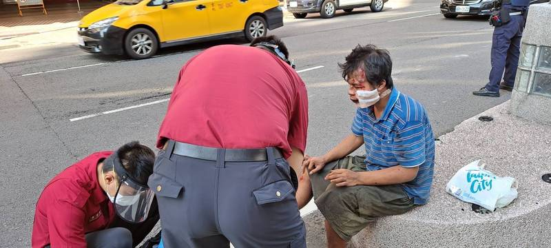 黃姓男子受傷由醫護人員現場包紮。(記者劉慶侯翻攝)
