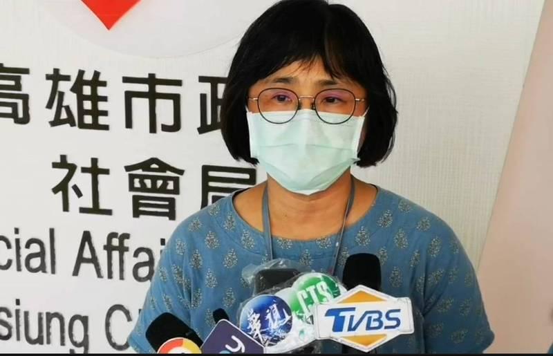 社會局家庭暴力防治中心主任李慧玲說明男嬰受傷情形。(社會局提供)