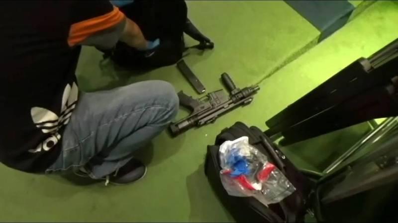 警方查扣一把衝鋒槍。(記者王冠仁翻攝)