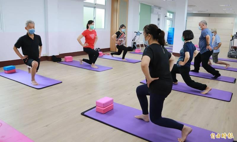崇仁社區照顧關懷據點暨C級巷弄長照站開設超夯的「高齡瑜伽課程」。(記者丁偉杰攝)