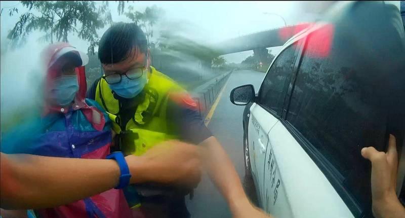 徐翁在路旁瑟瑟發抖,卻擔心自行車被偷而不願就醫。(警方提供)