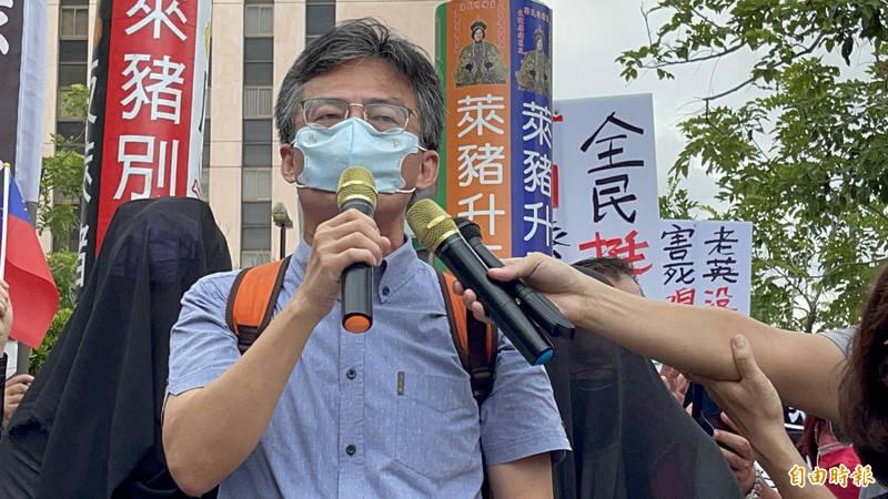 反萊豬遭告發的蘇偉碩(左)出現雄檢門口,宣布拒絕報到等待拘提,並在雄檢門口演說,支持群眾情緒激昂。(記者黃良傑攝)