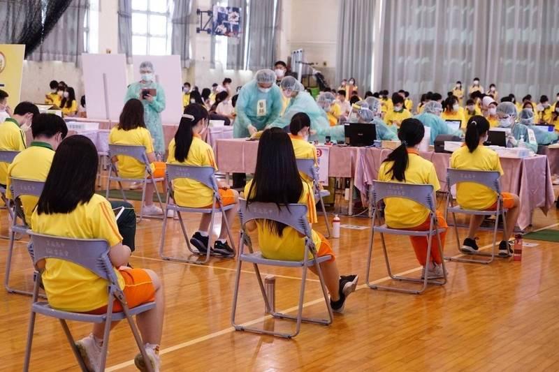 台北市高中生在校園進行BNT疫苗接種。(台北市政府提供)